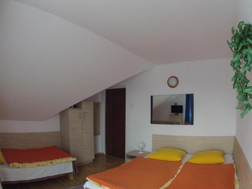 Pokój 3-os. z balkonem i indywidualną łazienką na korytarzu